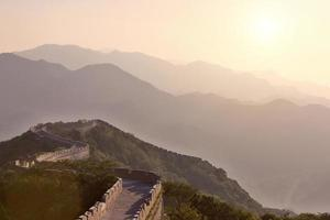 Grande Muralha da China durante o pôr do sol foto
