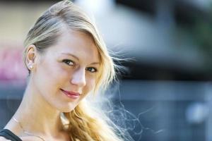 retrato de jovem mulher loira foto