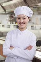 retrato de um chef em uma cozinha da indústria foto