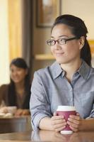 jovem mulher segurando a xícara de café foto
