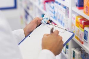 farmacêutico, escrevendo na área de transferência foto