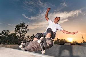 skatista em uma piscina de concreto foto