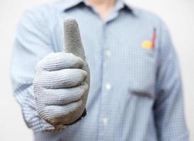 trabalhador manual mostrando os polegares para cima o sinal foto