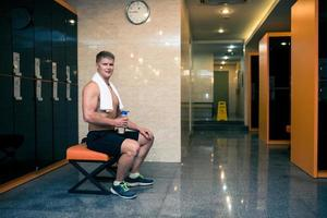 desportista no ginásio checkroom foto