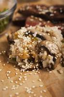 bife de flanco coreano com arroz pegajoso foto