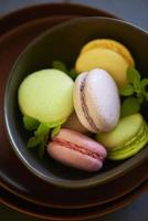 macaroons coloridos no prato marrom foto