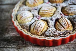 torta de maçã com recheio de avelã, polvilhada com açúcar, assadeira