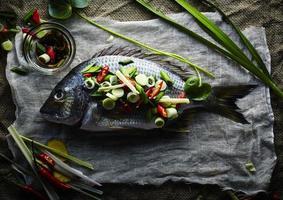 peixe fresco com especiarias asiáticas foto