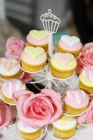 deliciosos cupcakes de casamento foto