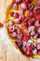 meia torta com framboesas frescas, vista superior foto