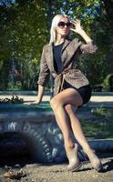 glamour loira linda em uma jaqueta foto