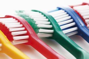 variedade de escovas de dentes foto