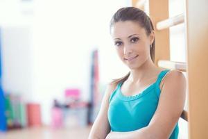 mulher sorridente atraente no ginásio foto