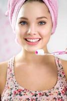 retrato de menina com escova de dentes foto