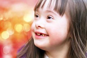 menina sorridente com luzes no bakground foto