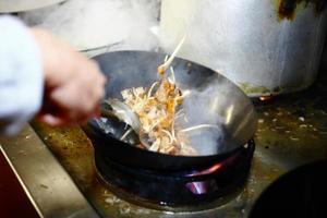 preparando comida na cozinha do restaurante foto