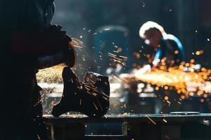 trabalhador industrial na fábrica foto