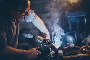 artesão solda steel.retro filtro, grão adicionado. foto