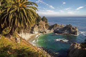 vista na baía com cachoeira em big sur, califórnia
