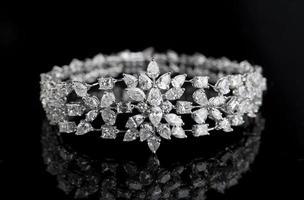 pulseira de jóias com diamantes em um fundo preto