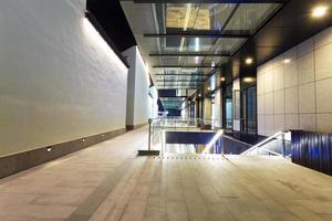 estrada entre edifícios modernos modernos