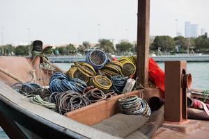 velho barco de pesca com redes foto