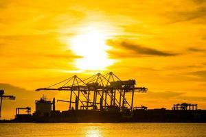 terminal de contêineres portuários foto