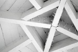 fragmento de arquitetura abstrata de madeira, centro do telhado foto