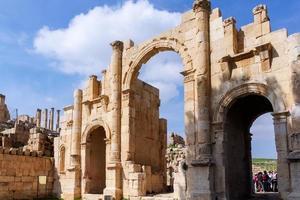 portão sul, ruínas romanas na cidade de jerash foto