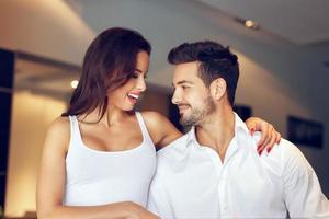 casal jovem de sucesso em casa foto