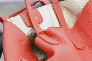 bolsa de couro laranja com interior dourado foto