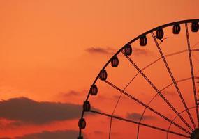 pôr do sol com roda gigante foto