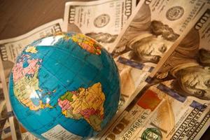 moeda do dólar americano e globo do mundo foto