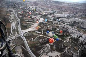 balão sobrevoando a Capadócia, Turquia ao nascer do sol