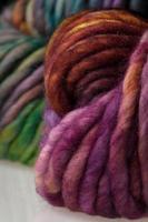 bolas coloridas de fios de lã foto