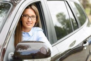 garota agradável dirigindo um carro foto