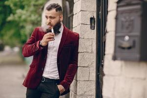 homem barbudo com cigarro foto