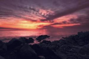 belo pôr do sol com vista para o mar