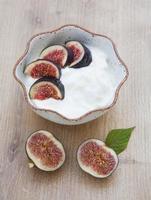 iogurte caseiro com figos na mesa de madeira foto