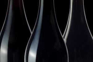 três garrafas de vinho foto