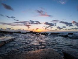 nascer do sol na praia shelly foto