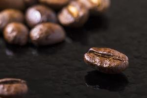 grãos de café e gotas