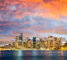 skyline de noite panorâmica de sydney foto