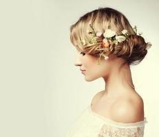 retrato de uma linda mulher com flores no cabelo foto