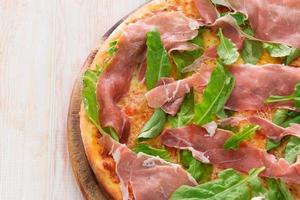 pizza com presunto seco foto