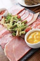 seleção de carne antepastos na bandeja de ardósia foto