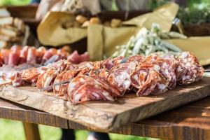 banquete de comida, carnes curadas foto