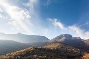 montanhas na neblina foto