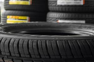 pneus de carro no armazém de pneus de prateleira. foto