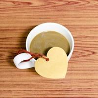 xícara de café com etiqueta de coração foto